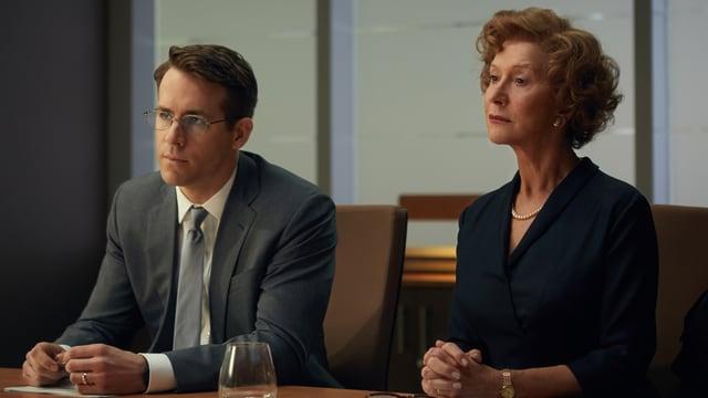 Helen Mirren und Ryan Reynolds sitzen an einem Tisch.