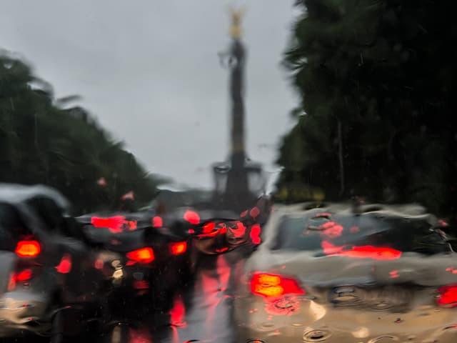 Autos durch eine nasse Windschutzscheibe auf der Strasse des 17. Juni in Berlin.
