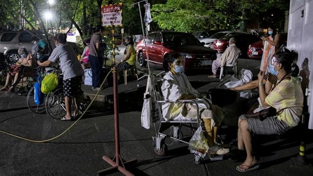 Patienten und Angehörige auf der Strasse