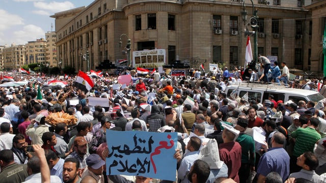 Menschen gehen in Kairo auf die Strasse und protestieren.