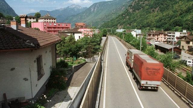 Die Autobahn teilt das Dorf Roveredo.