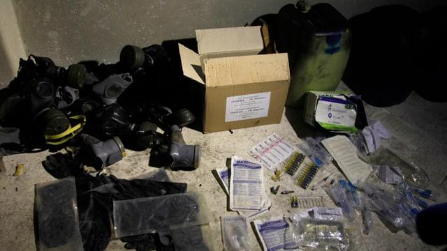 Gasmasken und chemische Utensilien liegen in einem Lager in einem Vorort von Damaskus.