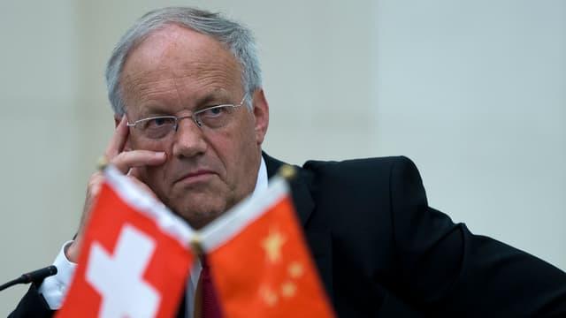 Bundesrat Johann Schneider-Ammann in Gedanken versunken hinter einem Schweizer und einem chinesischen Fähnchen.