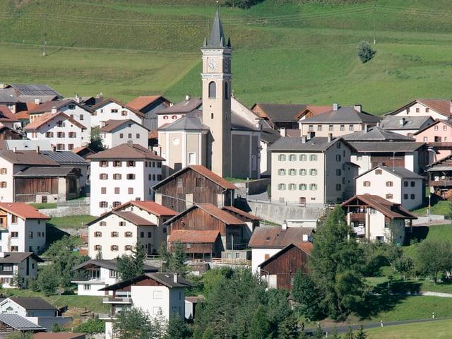Aufnahme des Dorfes Riom mit der Kirche im Zentrum