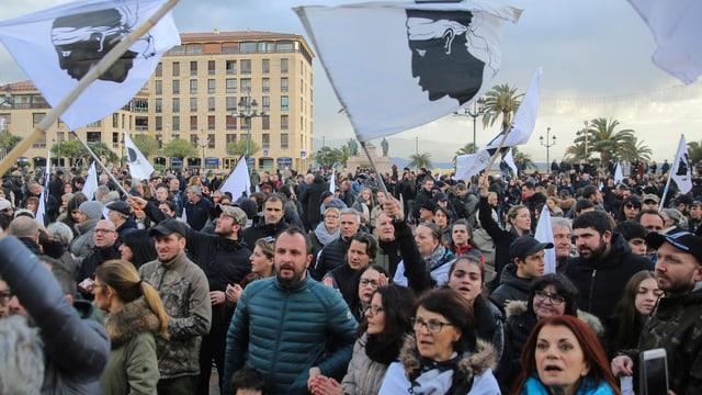 Demonstraziun per dapli independenza ad Ajaccio.