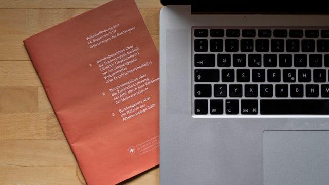 in cudeschet da votaziun sper in laptop