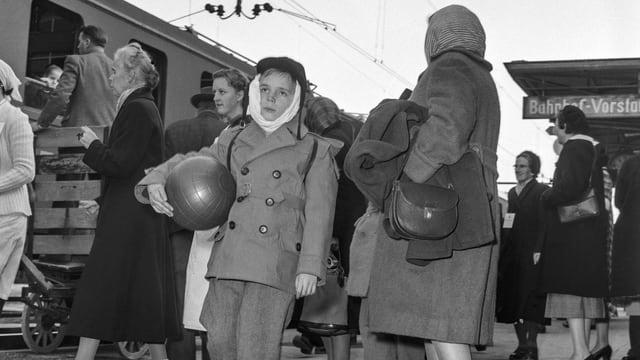 Flüchtlinge, die aus dem Zug aussteigen
