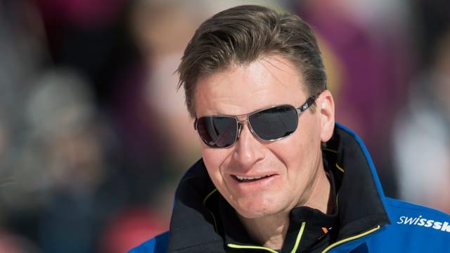 Urs Lehmann lächelnd mit aufgesetzter Sonnenbrille.