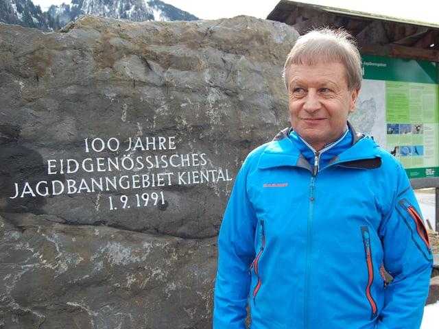 Jagdinspektor Peter Jüsy vor dem Gedenkstein 100 Jahre Eidg. Jagdbanngebiet im Dorf Kiental.