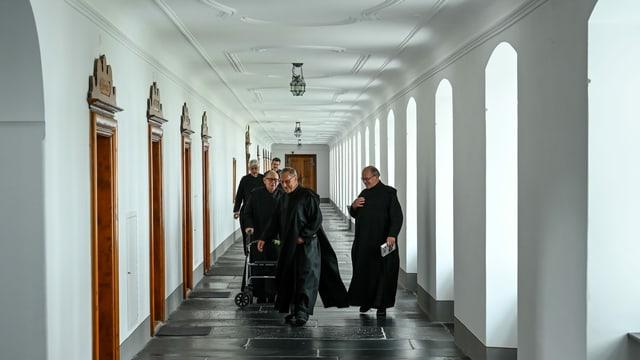 Mönche laufen in den Gängen des Klosters.