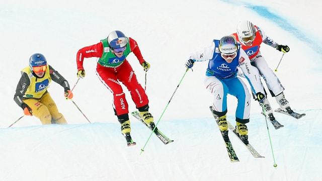 Vier Skicrosserinnen in Aktion.