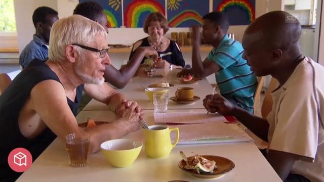 Schweizer und Afrikaner lernen gemeinsam am Tisch