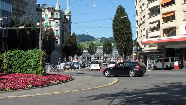 Der Bundesplatz in Luzern mit einem Auto.