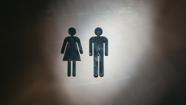 purtret da dus umins da stritg sin ina tualetta - in ina dunna l'auter in um.
