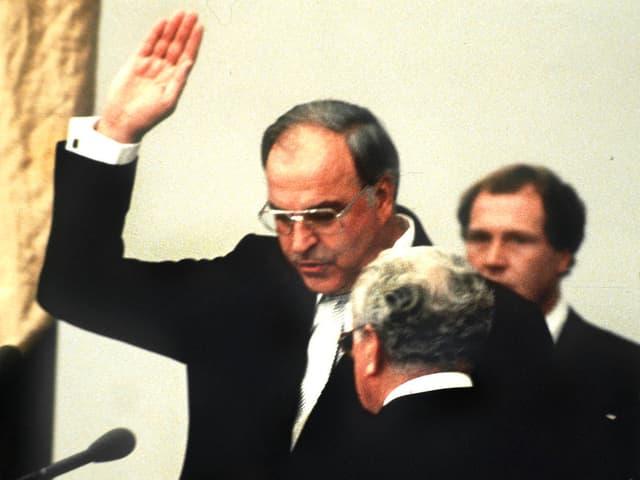 Helmut Kohl, rechte Hand nach oben haltend