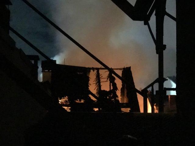 Die Flammen erfassten mehrere Häuser, zwei Personen erlitten leichte Verletzungen.