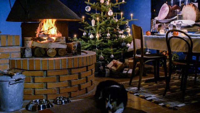 Kaminfeuer in einem für Weihnachten dekorierten Esszimmera