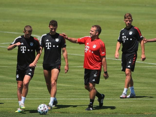 Bayern-Trainer Hansi Flick gibt seinen Spielern im Training Anweisungen.