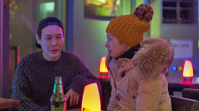 Ein Paar sitzt in einer Bar.