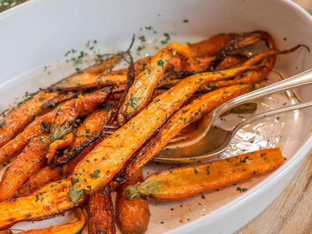 Im Ofen gebackenen Rüebli mit Cremolata.