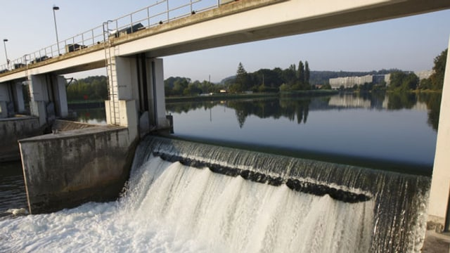 Ökostrom wird im Kanton Zürich zum Standard. Im Bild das Wehr des Wasserkraftwerks Dietikon.