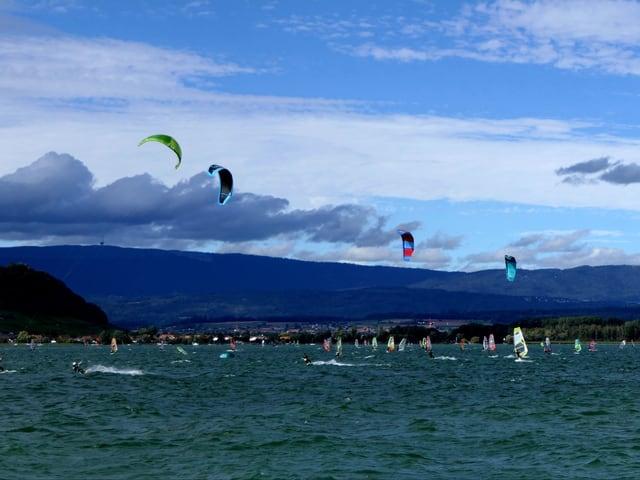 Kite- und Windsurfer auf einem See.