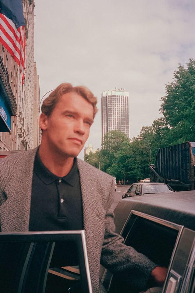 Arnold verlässt Bürogebäude an der Wallstreet