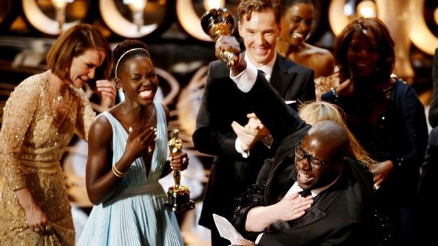 Regisseur Steve McQueen und beste Nebendarstellerin Lupita Nyong'o freuen sich - ihre Oscars in der Hand
