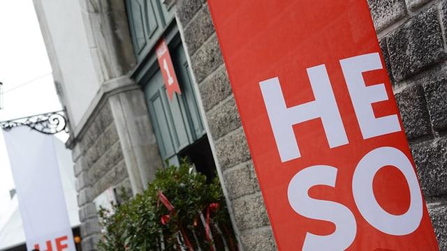 Eingang zur Herbstmesse Solothurn Heso bei der Rythalle, davor ein rot-weisses Banner.