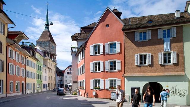 Eine Altstadt mit farbigen Häusern.