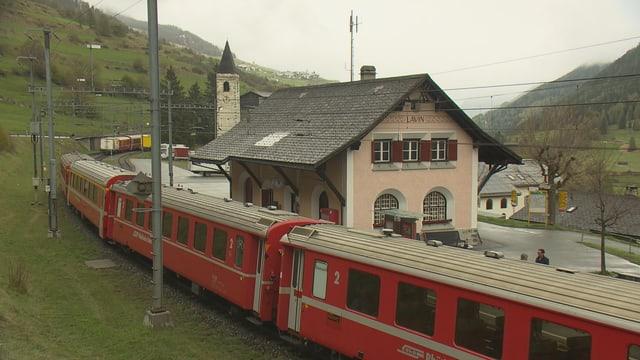 Il tren da la viafier retica tar la staziun da Lavin. Quella resta enavant en funcziun.