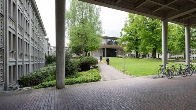 Innenhof, Velos, Gebäude mit etwas Grün