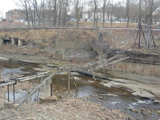 Eine zerstörte Hängebrücke am Grenzfluss Narva