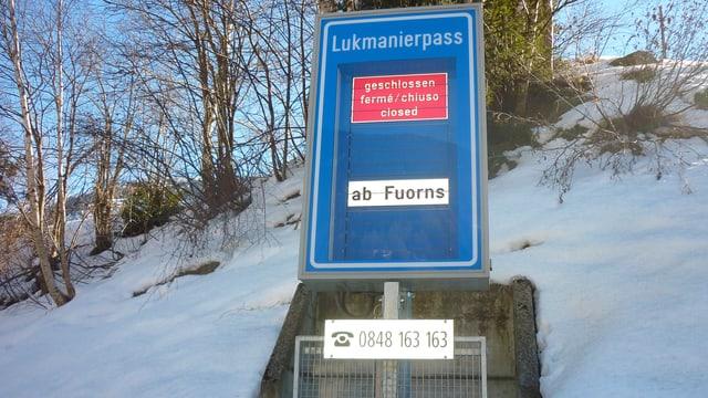 Tabla d'infurmaziun ch'il pass dal Lucmagn è serrà.