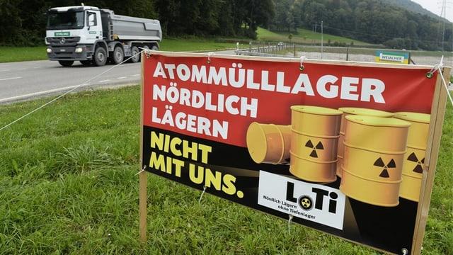 Plakat mit Aufschrift: «Atommülllager Nördlich Lägern. Nicht mit uns.»