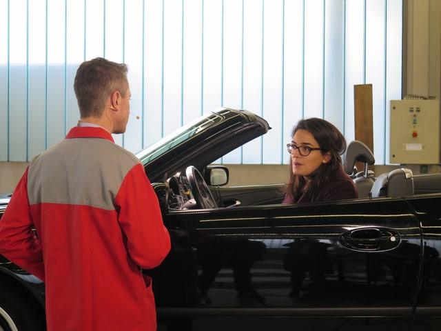 Matthias Baumer im roten Arbeitskleid, im schwarzen Cabriolet sitzt Maurane Riesen (PSA).