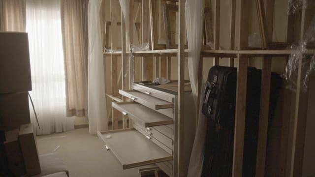 Ein Raum mit leeren Regalen.