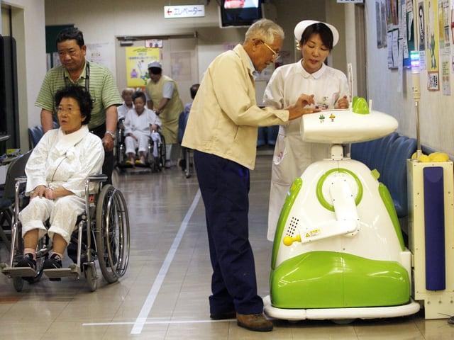 Roboter begrüsst Patienten.