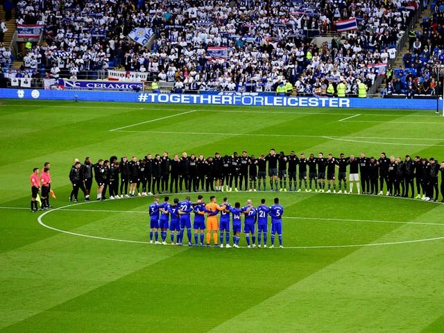 Spieler und Fans Gedenken mit einer Schweigeminute im Stadion dem verstorbenen Leicester-Präsidenten.