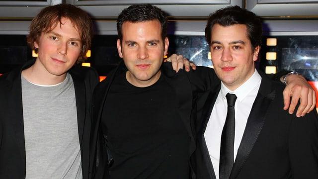 Drei gut gekleidete junge Männer.