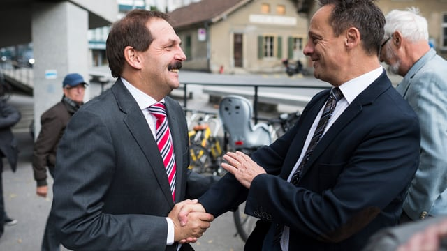 Duri Campell und Stefan Engler schütteln sich die Hände