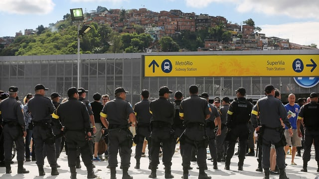 Polizisten vor einer Favela in Rio.