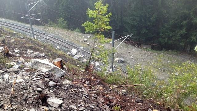 Steinschlag an einem Hügel auf ein Gleis.
