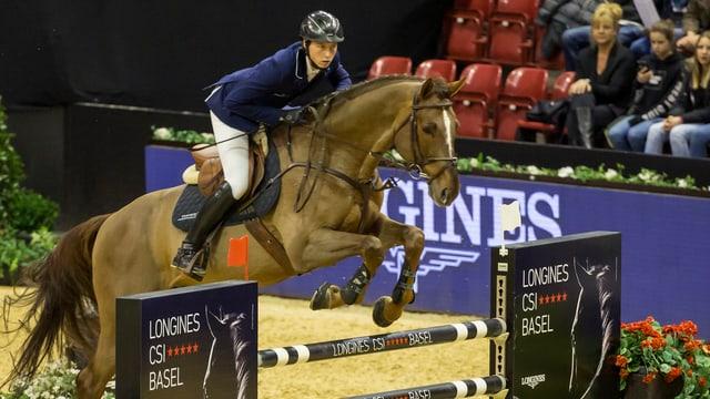 Martin Fuchs springt mit seinem Pferd Clooney am CSI Basel über ein Hindernis.