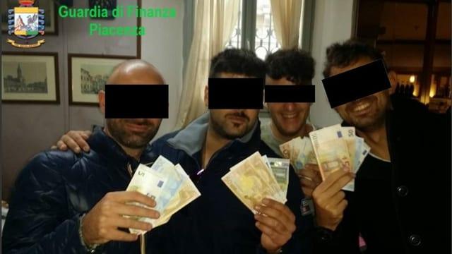 Bild, das vier der Beschuldigten mit Euro-Scheinen zeigt
