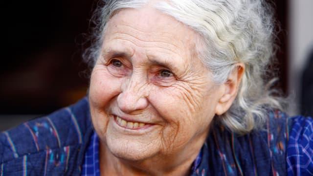 Porträt einer älteren Frau mit weissen Haaren.