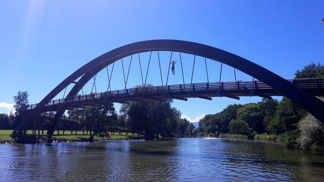 Sprung von einer Brücke in den Broyekanal.