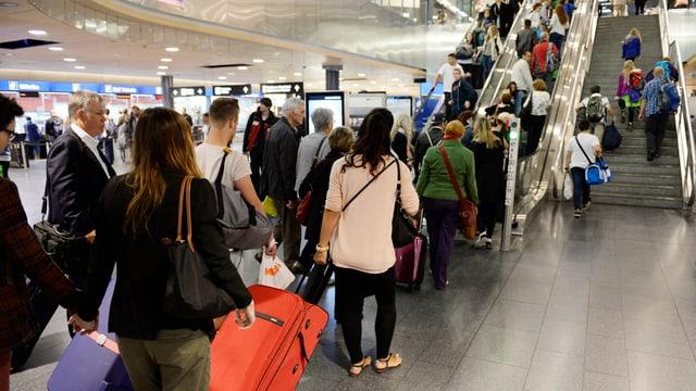 Passagierschlange am Flughafen Zürich.