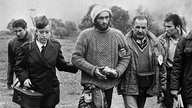 Nach dem strapaziösen Marsch durch die Anden erhält Fernando Parrado (mitte) Unterstützung von der chilenischen Polizei.