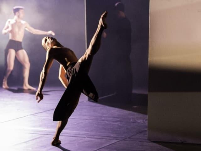 Szene aus dem Stück «Romance Inverse» von Itzik Galili.